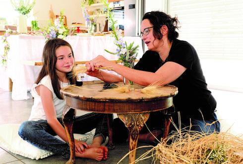 שרון ובתה מכינות זרים
