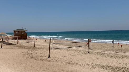 חוף בת ים ריק ושומם