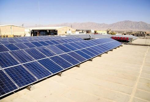 מתקן קליטה של אנרגיית השמש באזור הערבה