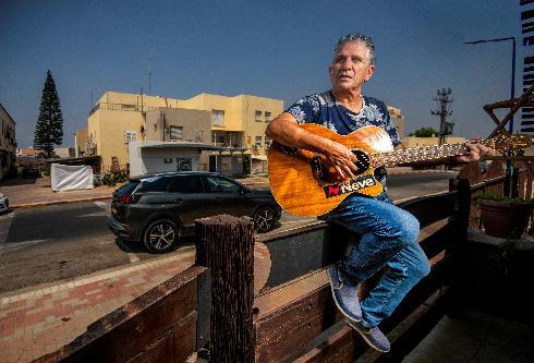 חיים אליאל קיבץ משיריו של בנו המנוח ניב, עובד על הפקתם ובמקביל מקיים סיורים לתחנות מוזיקאליות בחייו בעיר שדרות