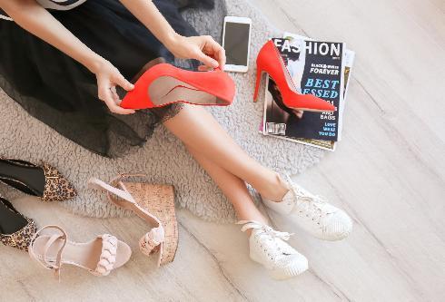 אל תנעלי נעלי עקב אימתניות אם היומיום שלך מאופיין בסניקרס שטוחות