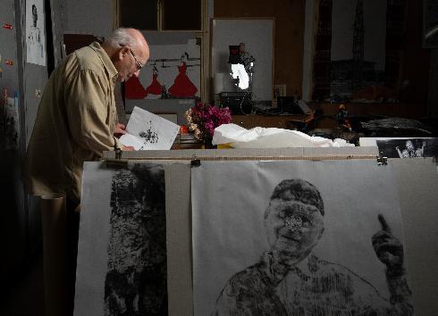 האמן דב אור נר (93) מקיבוץ חצור מעלה תערוכה שבה הוא מדמה את הקורונה לאישה פתיינית