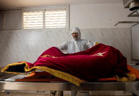 הלוויה בימי קורונה. הקברן אליהו אדרי משדרות לומד לעבוד עם ציוד מיגון