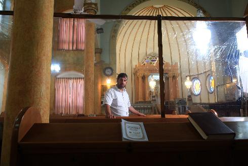 משה בלומנטל, גבאי בית הכנסת הגדול בפתח תקווה, נערך ליום הכיפורים בצל הקורונה