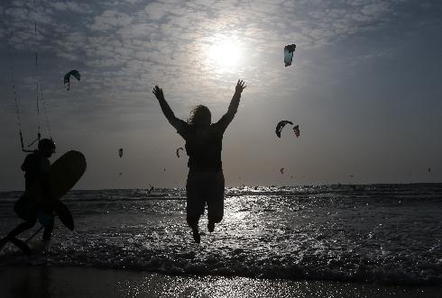שנה חדשה, סגר ישן. חוף ראשון כמעט ריק השבוע ממתרחצים