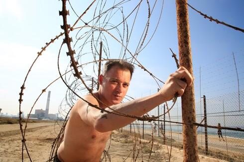 ערן אופיר טורנר הפך את שדה דב הנטוש בתל-אביב לזירת אומנות, שדרכה הוא מותח ביקורת על החלטות הממשלה במשבר הקורונה
