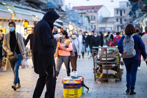 בשוק מחנה יהודה מדווחים על ירידה בהיקף הקונים ועל תושבים במצוקה שנאלצים להסתפק רק במוצרי יסוד בעקבות הקורונה