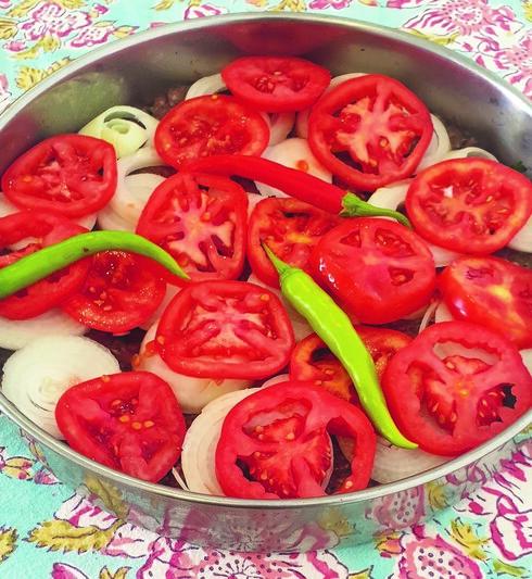 מפזרים יפה את פרוסות העגבנייה בשכבה שווה