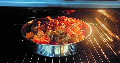 פרחי כרובית צלויים בתנור, מוקרמים עם טחינה בחוץ