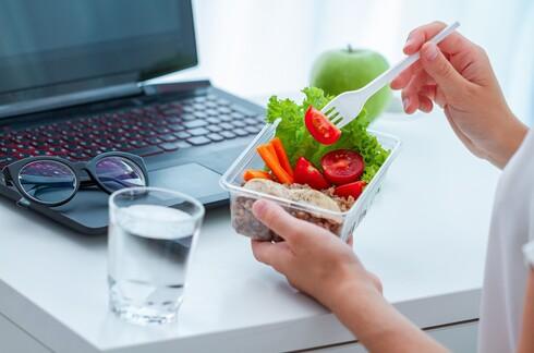 להכין בקופסה סגורה סלט עם שפע של ירקות, שתספיק לכל היום