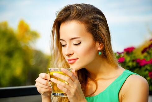 שתייה של שלוש כוסות תה ירוק ביום תעזור להגביר את קצב חילוף החומרים
