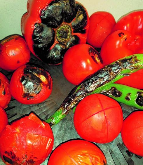 שורפים את הפלפל, הגמבה, הפלפלים החריפים והעגבניות