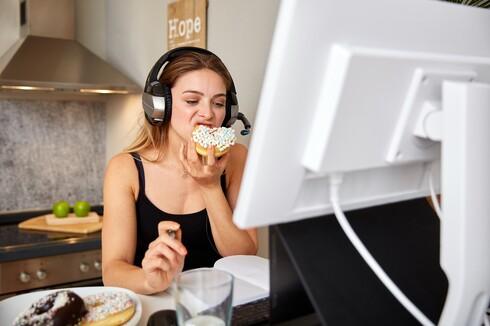 ההרגל: אכילה בהיסח הדעת תוך כדי עבודה