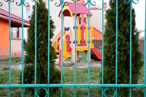 גדר הסורגים בגן צריכה להיות בנויה מסורגים אנכיים ולא אופקיים
