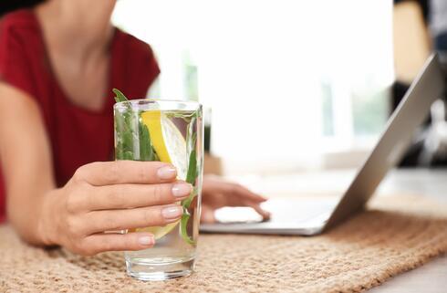 תדאגו לבקבוק מים ליד המחשב, שתו הרבה ומעת לעת קומו כדי להכין לעצמכם כוס תה ירוק