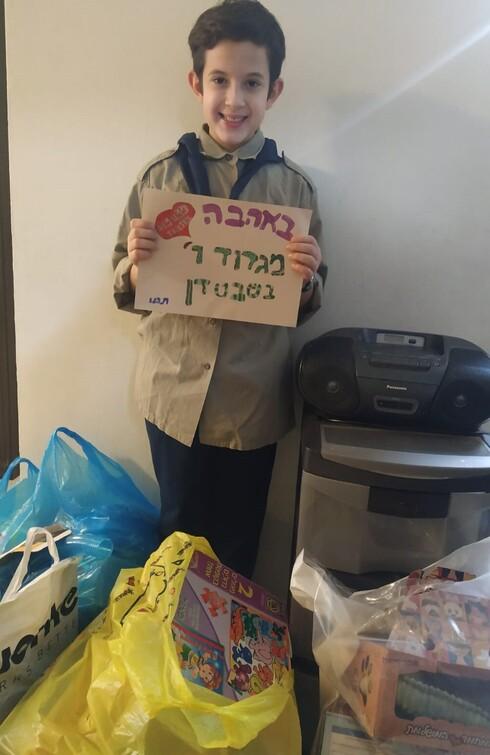 נדב בוטנר עם המתנות שאסף לטובת הילדים במעון
