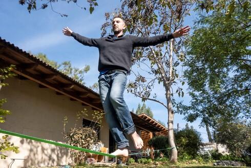 ליאור גולן מניר עם, אנימטור ומפתח אפליקציות באינטל, מתגורר עם משפחתו בבית ישן וקצת מתפורר בקיבוץ עד שייבנה הבית בהרחבה