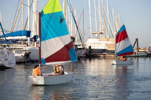 גם בימי הקורונה: גיא אורן ממרכז דניאל לחתירה מלמד ילדים על הרצף האוטיסטי להשיט סירות מפרש