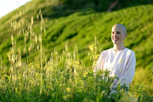 כשהיא בחודש התשיעי להריונה גילתה עדי נגר גוש בשד שהתברר כסרטן אלים. בעיצומם של הטיפולים היא מספרת על הבחירה לחיות בשמחה