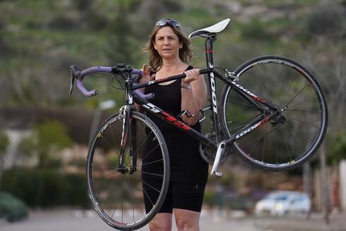 סיגל לוי משדה אליעזר ראתה את בן זוגה ליאור שחורי מקיבוץ הגושרים נפצע קשה בתאונת אופניים בזמן שרכבו יחד בכביש 90. מאז היא פועלת להעלאת המודעות
