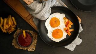 קינוח רענן של יוגורט ופירות שהתחפש לביצת עיין עם צ'יפס וקטשופ