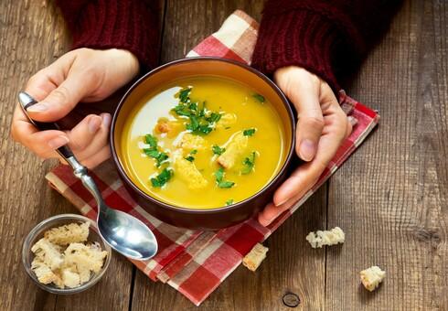 הכינו מראש מאכלים מחממים, מנחמים ובריאים כמו מרקים עשירים
