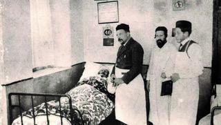 """רופא המושבה, הד""""ר מזיא ועוזריו לצד מיטת חולה, סוף המאה ה-19"""