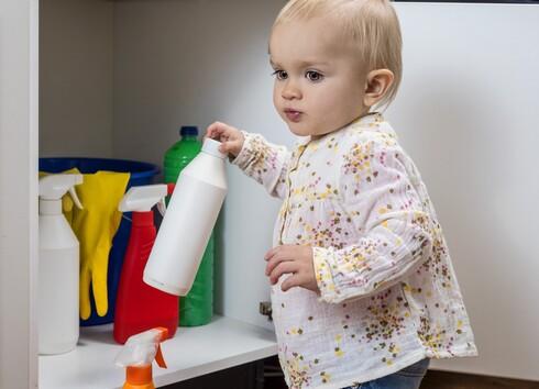 חובה לאחסן את חומרי הניקוי במקום שאינו נגיש לילדים