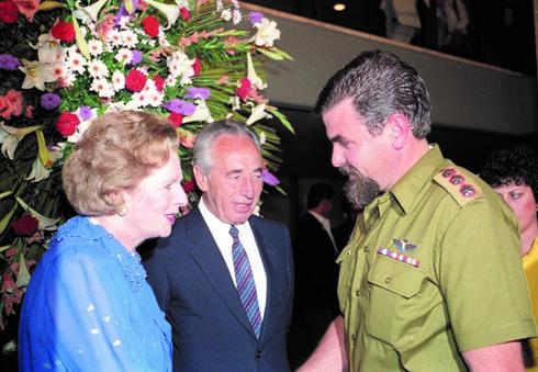 עם פרס. משמאל: מרגרט תאצ'ר
