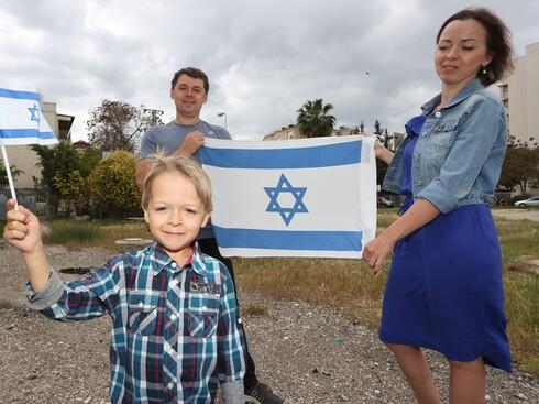 משפחת ויטולביץ מקרית מוצקין, שעלתה לארץ מרוסיה, חגגה את יום העצמאות הראשון בישראל