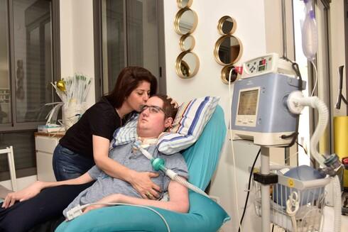 ליאל מויאל חלה בניוון שרירים בגיל 18. הרופאים נתנו לו חצי שנה לחיות אך הוריו לא הרימו ידיים וממשיכים לקוות שתמצא התרופה