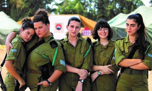 כוכבות הסדרה. מימין לשמאל: נועה אסטנג'לוב, עלמה קיני, אלונה סער, מיה לנדסמן וכרמל בין
