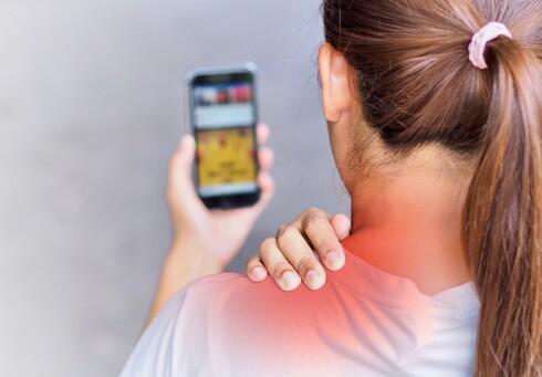 כל מבט לעבר הסלולרי מפעיל עומס מתיחה על שרירי הצוואר, הדיסקים ומפרקי החוליות