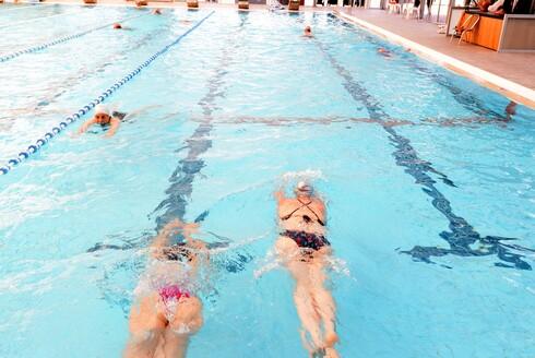 אחרי שנה של מגבלות קורונה שבמהלכו היו סגורות, בריכות השחייה הציבוריות נפתחו מחדש