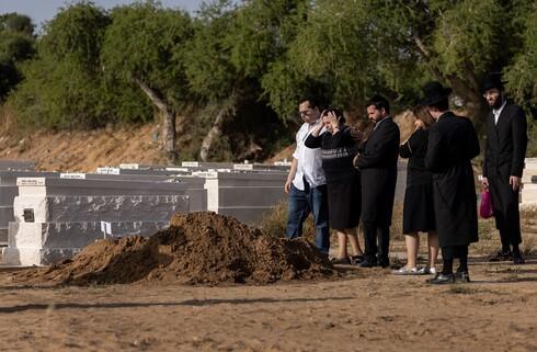 """אשקלון, השבוע. הלווייתו של הרב חנוך סלוד ז""""ל, מהרוגי האסון בהר מירון"""