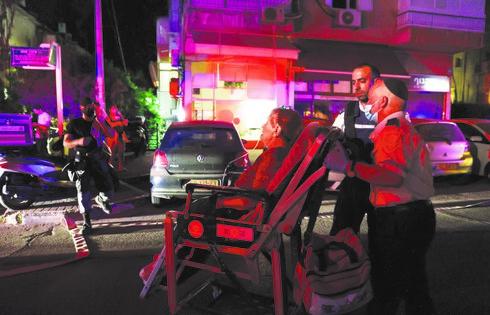 פינוי פצועה לאחר מתקפת טילים