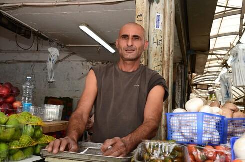 אבו טביח, בעל חנות ירקות ופירות בשוק העירוני של באר שבע, מספר שהלקוחות שלו אינם נרתעים מהמצב וממשיכים לבוא