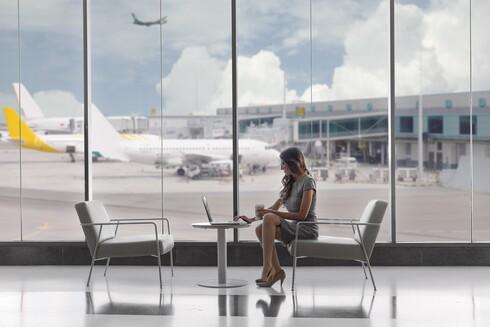 ישבה בשדה התעופה, שתתה קפה וחיכתה