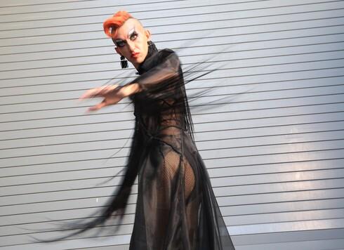 האמן רוני שוקרון יצר את מלכת הדראג נונה שלאנט, שנבחרה להיות הפרזנטורית הגרוטסקית והמצחיקה של אירועי חודש הגאווה בתל אביב