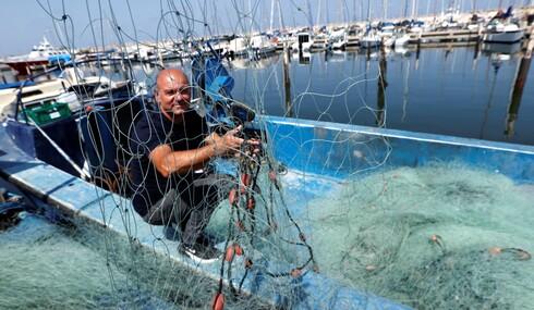 מאז שהיה בן 16 ניסו נחום קם באמצע הלילה ויורד אל הים. כבר 35 שנה הוא חוזר עם שחר כשהסירה שלו עמוסה בסחורה טרייה