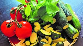 זוקיני חצויים ועגבניות חתוכות גס