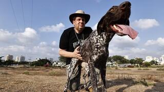 """ד""""ר אקים גיישין, פסיכיאטר מומחה בבריאות הנפש, מגדל את דשה, כלבת ציד שמוציאה את האנרגיות באיזור הפתוח של לכיש. את הציד משאירים למסעות בחו""""ל"""