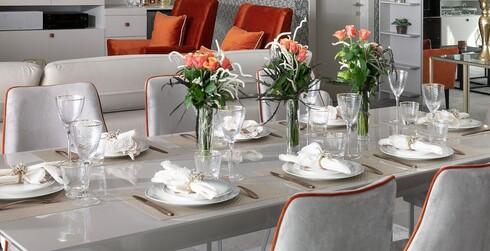 שלושה סידורי פרחים במרכז השולחן