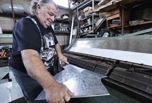 לאון קטנר, הפחח המיתולוגי של אשדוד, ירש את העסק מאבא שלו שעסק במקצוע 70 שנה. ברור לו שמדובר בעולם הולך ונעלם