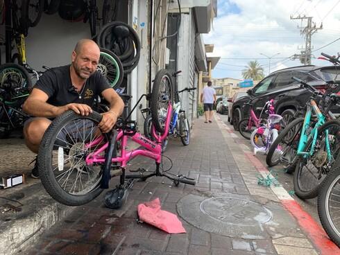 אורן סעדון, שעובד בחנות שהקים סבו בשנת 1949, מדבר על אופניים בחרדת קודש