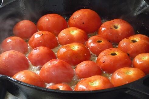 מבשלים את העגבניות כעשר דקות