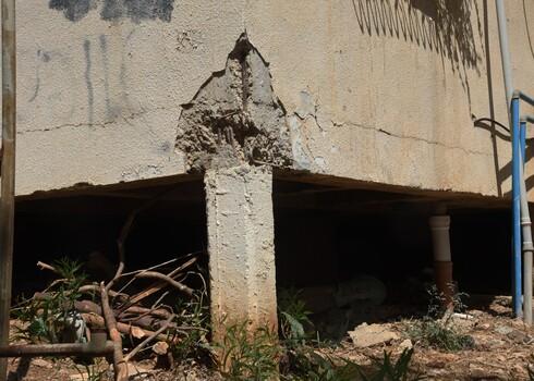 בדקו אם הסדקים מופיעים בקורות המבנה, בעמודים שלו או ברצפות ותקרות הבטון