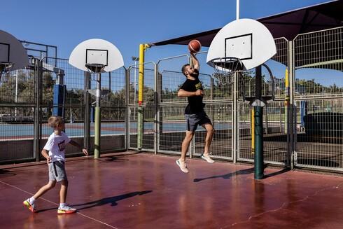 בוריס בוגוסלבסקי הדהים את הכדורסל הישראלי כשמשום מקום הגיע לאליצור נתניה והוביל אותה לעונה חלומית