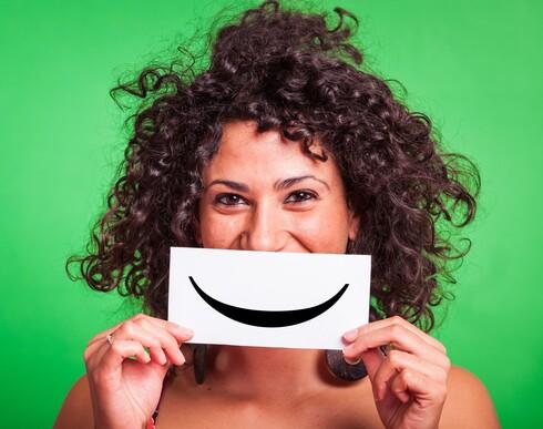 צלמו כל יום 30 תמונות סלפי של פניכם עם חיוך