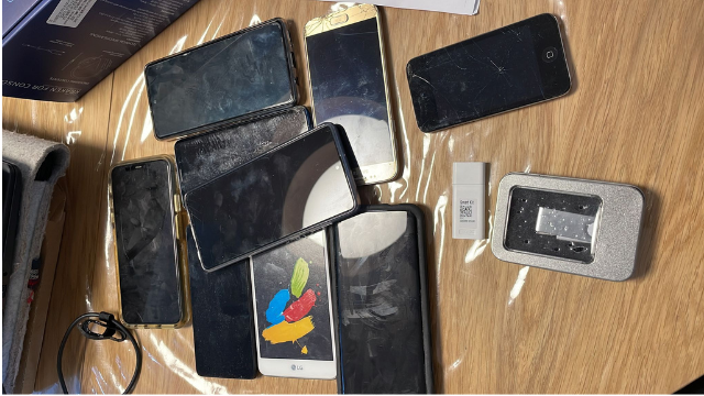 עשרות הטלפונים שנמצאו בביתו של החשוד